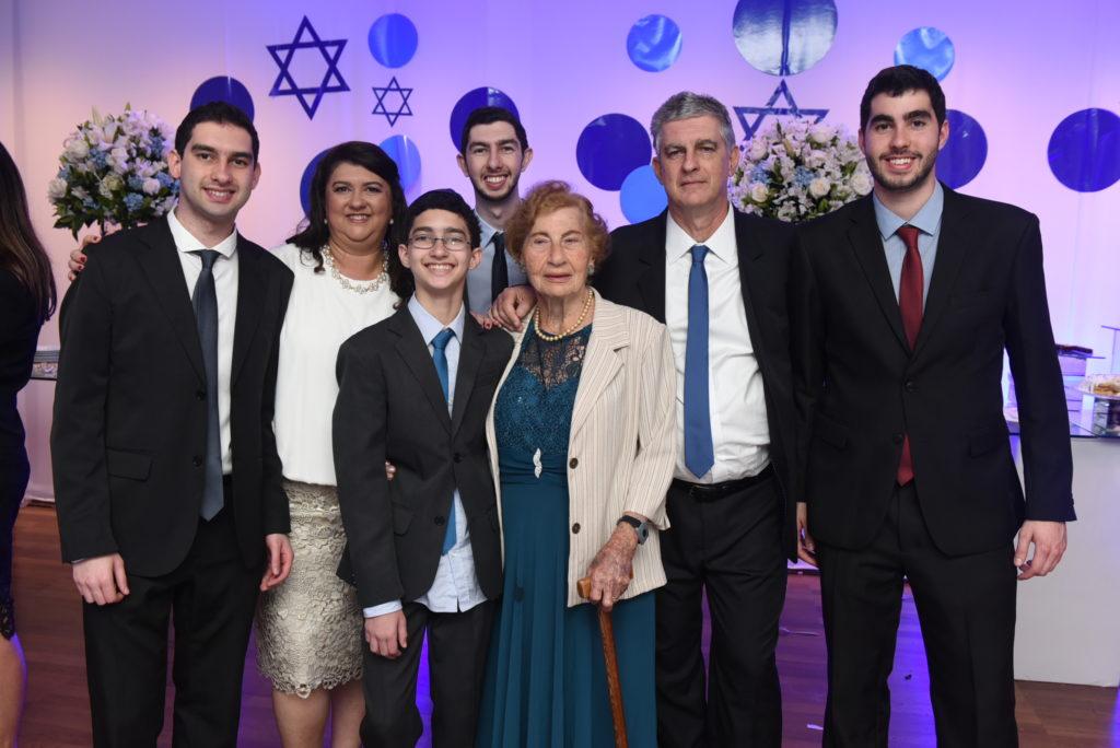 Cecília com sua família - Depoimento da sobrevivente do holocausto Cecília Gewertz