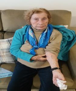 Cecília mostrando seu número - Depoimento da sobrevivente do holocausto Cecília Gewertz