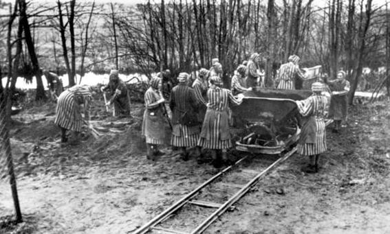 Mulheres empurrando carrinho no campo de concentração de Ravensbruck