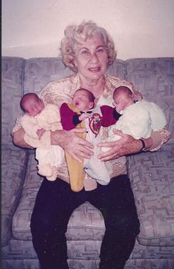 Cecília com seus netos trigêmeos